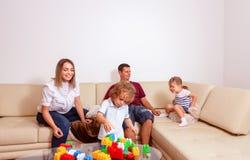 Infância feliz - crianças menino e menina que jogam com pai junto em casa imagem de stock royalty free
