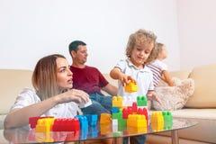 Infância feliz - menino bonito que joga com mulher em casa imagens de stock royalty free