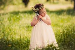 Infância, menina engraçada fora Fotografia de Stock Royalty Free