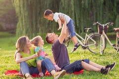 Infância feliz - pai que aumenta seu menino acima fotos de stock royalty free