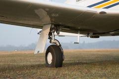 Infällbart landningkugghjul av singel-motor flygplan Fotografering för Bildbyråer
