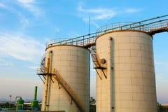 Inférieur-angle tiré de la raffinerie d'échelle et de réservoirs Image stock