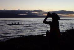 Infödd appell för Polynesian hawaiansk kulturtrumpet som kanotskovlar royaltyfria foton
