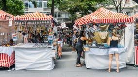 Infödd brasiliansk man som säljer konsthantverk på en gata mars Fotografering för Bildbyråer