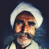 Infödd hög indisk man som ser kamerabegreppet royaltyfri bild