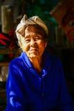 Infödd hög kvinna i ljus och skugga royaltyfri foto