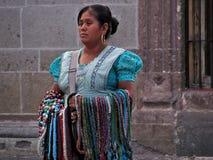 Infödd indiankvinna som säljer hand-tillverkade smycken i gatorna av San Miguel de Allende Royaltyfria Foton
