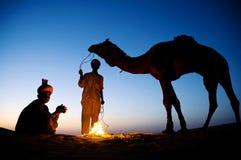 Infödd indier som två vilar vid Bon Fire arkivbild