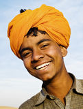 Infödd indisk pojke som ler på kameran royaltyfri fotografi