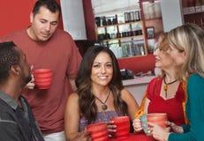 Infödd kvinna med vänner i Cafe Arkivfoton
