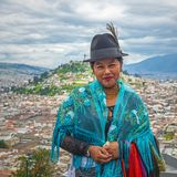 Infödd kvinnastående i Quito, Ecuador royaltyfria bilder
