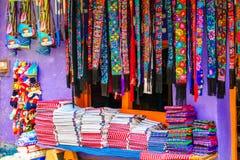 Infödd mayakläder på marknad i Chichicastenango - Guatemala royaltyfria bilder