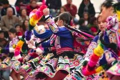 Infödd peruansk grupp av unga flickor som dansar 'Wayna Raimi ', arkivbilder