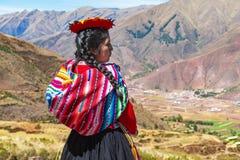 Infödd peruansk Quechua flickastående, Cusco, Peru arkivfoto