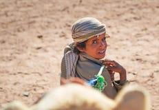 Infödd pojke med kamlet i Egypten Royaltyfria Bilder