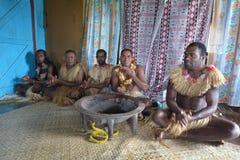 Infödda Fijiansmän deltar i traditionell Kava ceremoni arkivbild