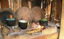 Infödda jägare i amazonas i Brasilien inverkan av armod på fattiga neighbourhoods i Belize orsaka cooki för jordbruks- utveckling Royaltyfri Bild