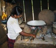 Infödda jägare i amazonas i Brasilien inverkan av armod på fattiga neighbourhoods i Belize orsaka kocken för jordbruks- utvecklin Royaltyfri Bild