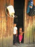 Infödda jägare i amazonas i Brasilien inverkan av armod på fattiga neighbourhoods i Belize orsaka kocken för jordbruks- utvecklin Arkivfoto