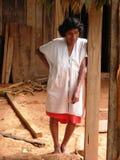 Infödda jägare i amazonas i Brasilien inverkan av armod på fattiga neighbourhoods i Belize som orsakar jordbruks- utveckling, stå Royaltyfri Foto