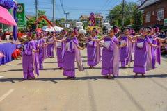 Infödda kvinnor med traditionella lilor kostymerar dans i trad Fotografering för Bildbyråer