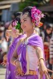 Infödda kvinnor med traditionella lilor kostymerar dans i trad Royaltyfria Foton