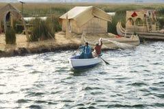 Infödda par från det Uros Islands fisket på sjön Titicaca Royaltyfri Foto