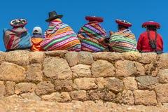 Infödda Quechua kvinnor i Chinchero, Peru arkivfoto