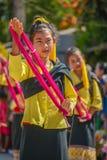 Infödda små flickor med traditionell dräktdans i trad Arkivbilder