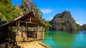 Infödingkoja på den tvilling- lagun i Coron, Filippinerna Royaltyfria Bilder