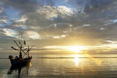 Infött fiherman fartyg i havet under soluppgång Arkivbild