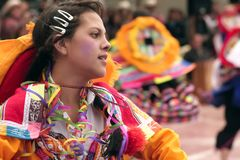 Inf?dd peruansk ung flicka som dansar ?Wayna Raimi ?, arkivbild