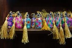 Infall dekorerade färgrika doftflaskor Arkivbilder