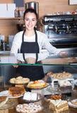 Infall och kakor för personal erbjudande Fotografering för Bildbyråer
