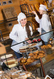 Infall och sockerkakor för gladlynt personal för kafé erbjudande Fotografering för Bildbyråer