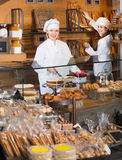 Infall och sockerkakor för gladlynt personal för kafé erbjudande Arkivfoton
