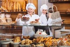 Infall och sockerkakor för kafépersonal till salu erbjudande Royaltyfria Foton