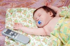 Infante aproximadamente dois meses que dormem no tecido Foto de Stock Royalty Free
