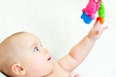 Infante con il giocattolo Immagine Stock