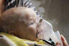 Infante da criança da inalação da mamã sob um ano Foto de Stock