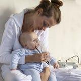 Infante da criança da inalação da mamã sob um ano Fotografia de Stock Royalty Free