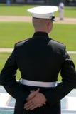 Infante de marina de Estados Unidos en el juego de béisbol Imagenes de archivo
