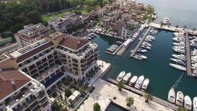 Infante de marina del ` s del mundo mejor para los barcos estupendos de los yates Oporto Montenegro en Tivat almacen de video