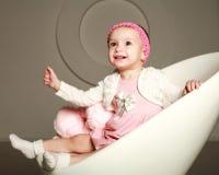 Infante de sorriso feliz do bebê no estúdio Fotos de Stock Royalty Free