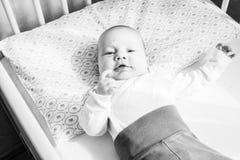 infante do bebê na cama foto de stock royalty free