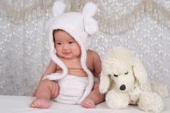Infante e brinquedo encantadores Fotografia de Stock