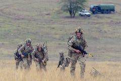 Infanterie britannique dans le polygone militaire roumain photo stock