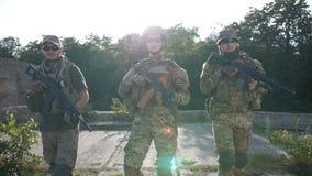 Infanterister med att flytta sig för vapen som patrullerar område stock video