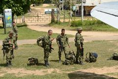 Infantes de marina antes de subir el avión imagen de archivo