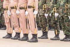 Infantes de marina con la espada naval que realiza desfile militar de Tha real fotos de archivo